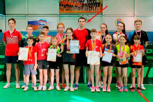 Артем Уточкин обучает учеников настольному теннису
